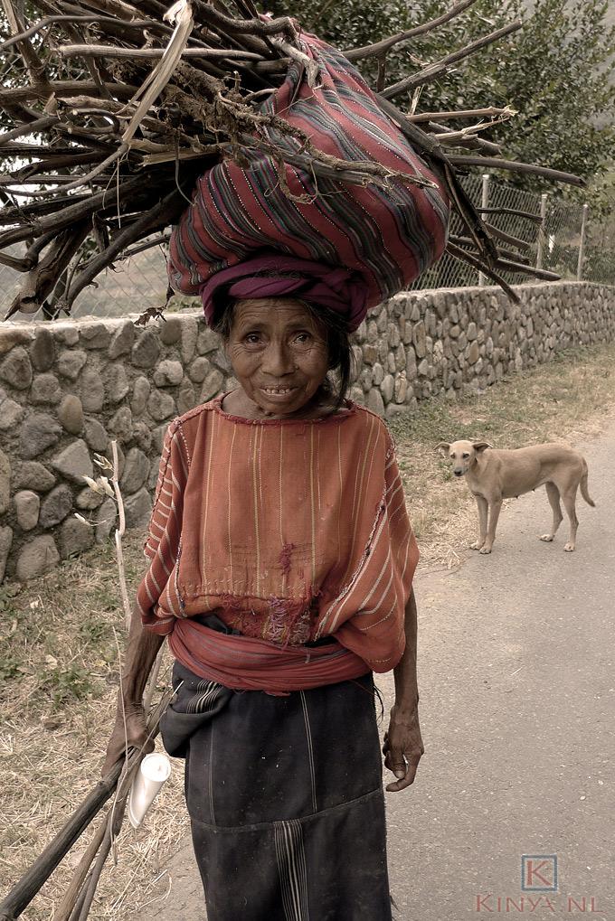 Oude vrouw onderweg naar Palopo, lago Atitlan