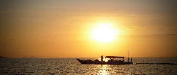 Boot bij ondergaande zon