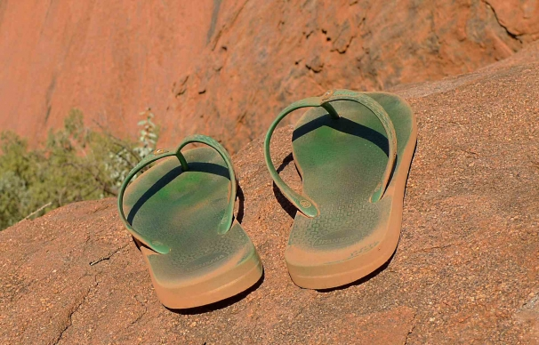 Teenslippers bij Ayers Rock