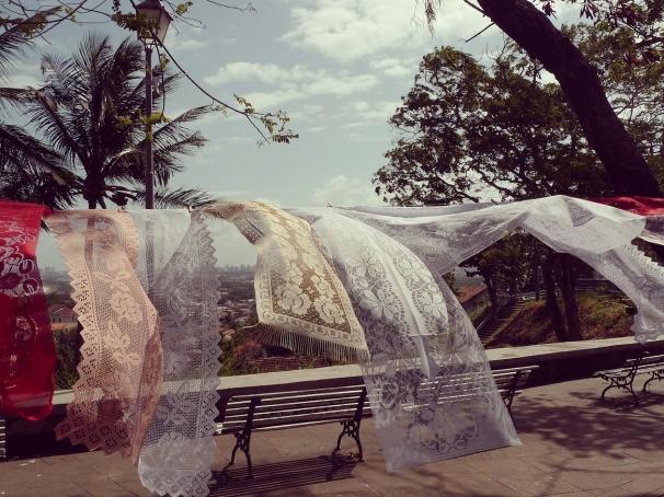 Dit is géén was. Haakwerk als souvenir aan waslijn in Olinda.