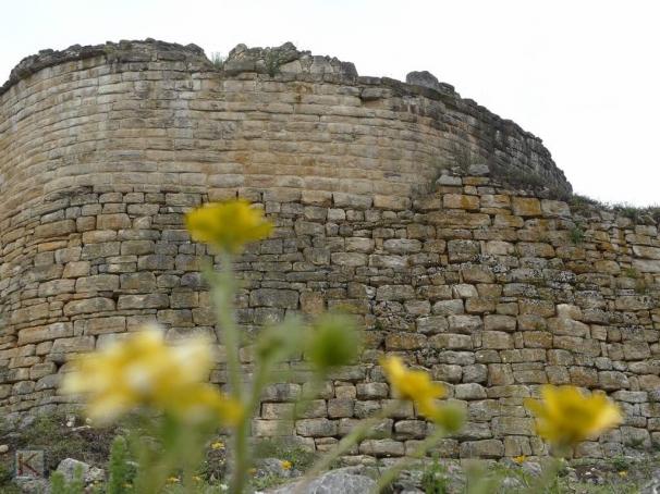 De hoge stadsmuur om Kuélap